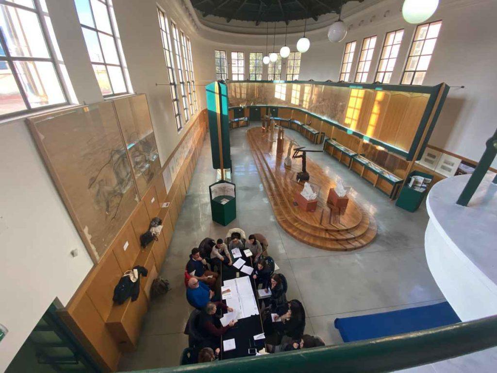Studenti intorno al tavolo nella sala del Museo Duilio Cambellotti durante la lezione del corso di formazione 4.0 Laboratori di ispirazione collettiva